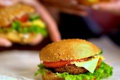 Фаст-фуд гамбургера с ветчиной на деревянной доске Гамбургер группы Стоковое фото RF