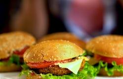 Фаст-фуд гамбургера с ветчиной на деревянной доске Гамбургер группы Стоковое Фото