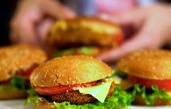 Фаст-фуд гамбургера с ветчиной на деревянной доске Гамбургер группы Стоковое Изображение RF