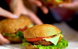 Фаст-фуд гамбургера с ветчиной на деревянной доске Гамбургер группы Стоковое Изображение