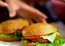 Фаст-фуд гамбургера с ветчиной на деревянной доске запачканная предпосылка Стоковая Фотография