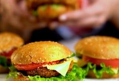 Фаст-фуд гамбургера с ветчиной на деревянной доске запачканная предпосылка Стоковые Фотографии RF