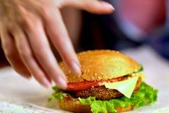 Фаст-фуд гамбургера с ветчиной на деревянной доске запачканная предпосылка Стоковое фото RF