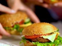 Фаст-фуд гамбургера с ветчиной на деревянной доске запачканная предпосылка Стоковые Изображения
