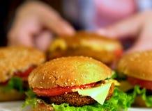 Фаст-фуд гамбургера с ветчиной на деревянной доске запачканная предпосылка Стоковая Фотография RF