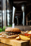 Фаст-фуд на таблице служат рестораном, который Клин бургера и картошки Стоковые Фотографии RF