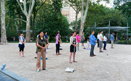 Фалуньгун группы людей практикуя Стоковая Фотография RF