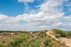 Февраль 2018: Ландшафт сельской местности сельский типичный на São Domingos делает Cariri, Paraiba, к северо-востоку от Бразилии стоковые изображения