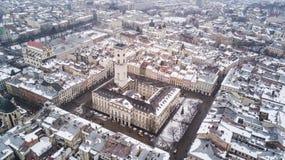 Февраль 2018 - Львов, Украина Взгляд сверху центра города Львова в снеге сверху в зиме Взгляд сверху муниципалитета Стоковое Фото