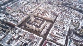 Февраль 2018 - Львов, Украина Взгляд сверху центра города Львова в снеге сверху в зиме Взгляд сверху муниципалитета Стоковое фото RF