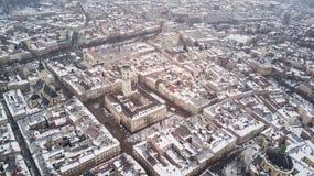 Февраль 2018 - Львов, Украина Взгляд сверху центра города Львова в снеге сверху в зиме Взгляд сверху муниципалитета Стоковая Фотография