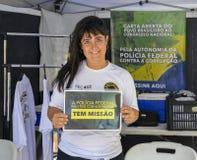 Федеральное бразильское женщина-полицейский держа знак говоря федеральный политика стоковые фото