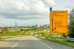 Федеральный знак шоссе на Bundesstrasse B27, Tubingen/Reutlingen Фильдерштадте Leinfelden-Echterdingen стоковые изображения rf