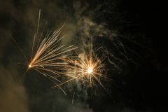 Феиэрверки в небе стоковые фотографии rf