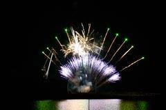 Феиэрверки в ночном небе Стоковое Изображение