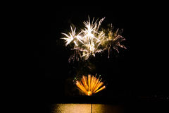 Феиэрверки в ночном небе Стоковое фото RF