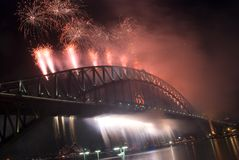 феиэрверки моста затаивают новый год Сиднея Стоковое Фото