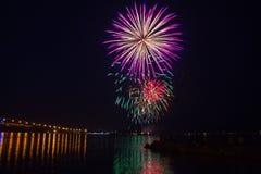 Феиэрверки над рекой Йорк в Williamsburg, Стоковая Фотография RF