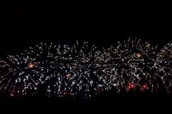 феиэрверки предпосылки черные Для дизайна торжества Абстрактная предпосылка дисплея фейерверка стоковое фото rf