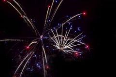 феиэрверки предпосылки черные Для дизайна торжества Абстрактная яркая предпосылка дисплея фейерверка стоковое фото rf