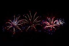 феиэрверки предпосылки черные Для дизайна торжества Абстрактная яркая предпосылка дисплея фейерверка стоковое изображение rf