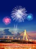 Феиэрверк над городом на ноче Стоковые Изображения RF