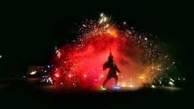 Фейерверки Выставка огня с девушкой и человеком танцев Изумлять на ноче сток-видео