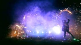 Фейерверки Выставка огня с девушкой и человеком танцев Изумлять на ноче акции видеоматериалы