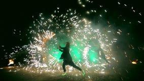 Фейерверки Выставка огня с девушкой и человеком танцев Изумлять на ноче видеоматериал