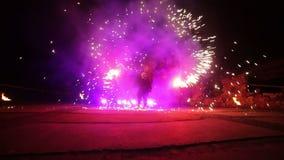 Фейерверки Выставка огня с человеком танцев Изумлять на части 7 ночи сток-видео