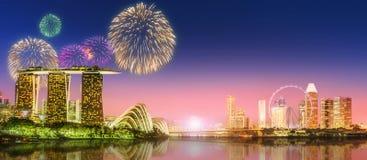 Фейерверки в заливе Марины, горизонте Сингапура Стоковые Изображения RF