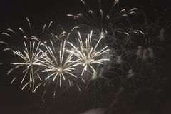 Фейерверки в ночном небе на празднике Стоковое Изображение RF