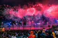 Фейерверки дисплея фейерверков национального праздника освещают вверх гавань Виктории Гонконга Стоковые Изображения RF