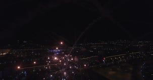 Фейерверки летают ноча 4k видеоматериал