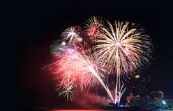 фейерверки или фейерверки на небоскребе ночного неба и гостиниц  Стоковое Изображение