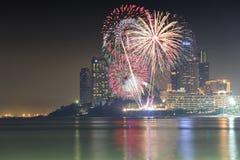 фейерверки или фейерверки на небоскребе ночного неба и гостиниц  Стоковые Фотографии RF