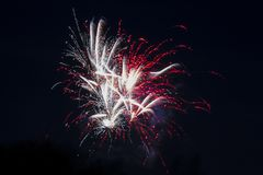 Фейерверки искрясь в ночном небе стоковая фотография