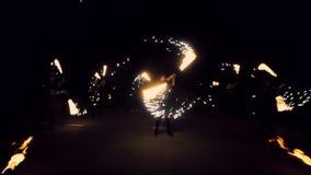 Фейерверки и танцевать огня закрутки девушек сверкная Представление выставки огня акции видеоматериалы