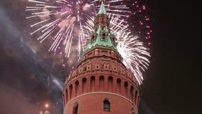 Фейерверки над Москвой Кремлем, Россией сток-видео