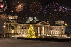 Фейерверки над Германским Бундестагом в Берлине Стоковое Изображение