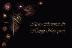 Фейерверки на темной ` предпосылки и ` текста с Рождеством Христовым & счастливом Нового Года Стоковые Изображения