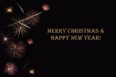 Фейерверки на темной ` предпосылки и ` текста с Рождеством Христовым & счастливом Нового Года Стоковое Изображение RF