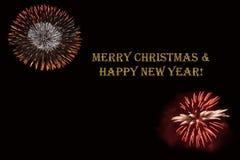 Фейерверки на темной ` предпосылки и ` текста с Рождеством Христовым & счастливом Нового Года Стоковые Фотографии RF