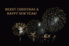 Фейерверки на темной ` предпосылки и ` текста с Рождеством Христовым & счастливом Нового Года Стоковая Фотография