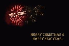 Фейерверки на темной ` предпосылки и ` текста с Рождеством Христовым & счастливом Нового Года Стоковое фото RF