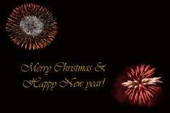 Фейерверки на темной ` предпосылки и ` текста с Рождеством Христовым & счастливом Нового Года Стоковое Изображение