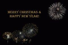 Фейерверки на темной ` предпосылки и ` текста с Рождеством Христовым & счастливом Нового Года Стоковое Фото