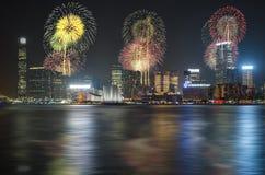 Фейерверки Нового Года Гонконга китайские на гавани Виктории