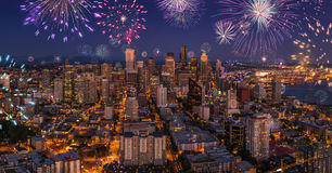 Фейерверки ночной жизни города Сиэтл празднуя Новые Годы канун, взгляд от иглы космоса стоковое фото