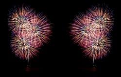 Фейерверки освещают вверх небо с ослеплять дисплеем стоковые изображения rf